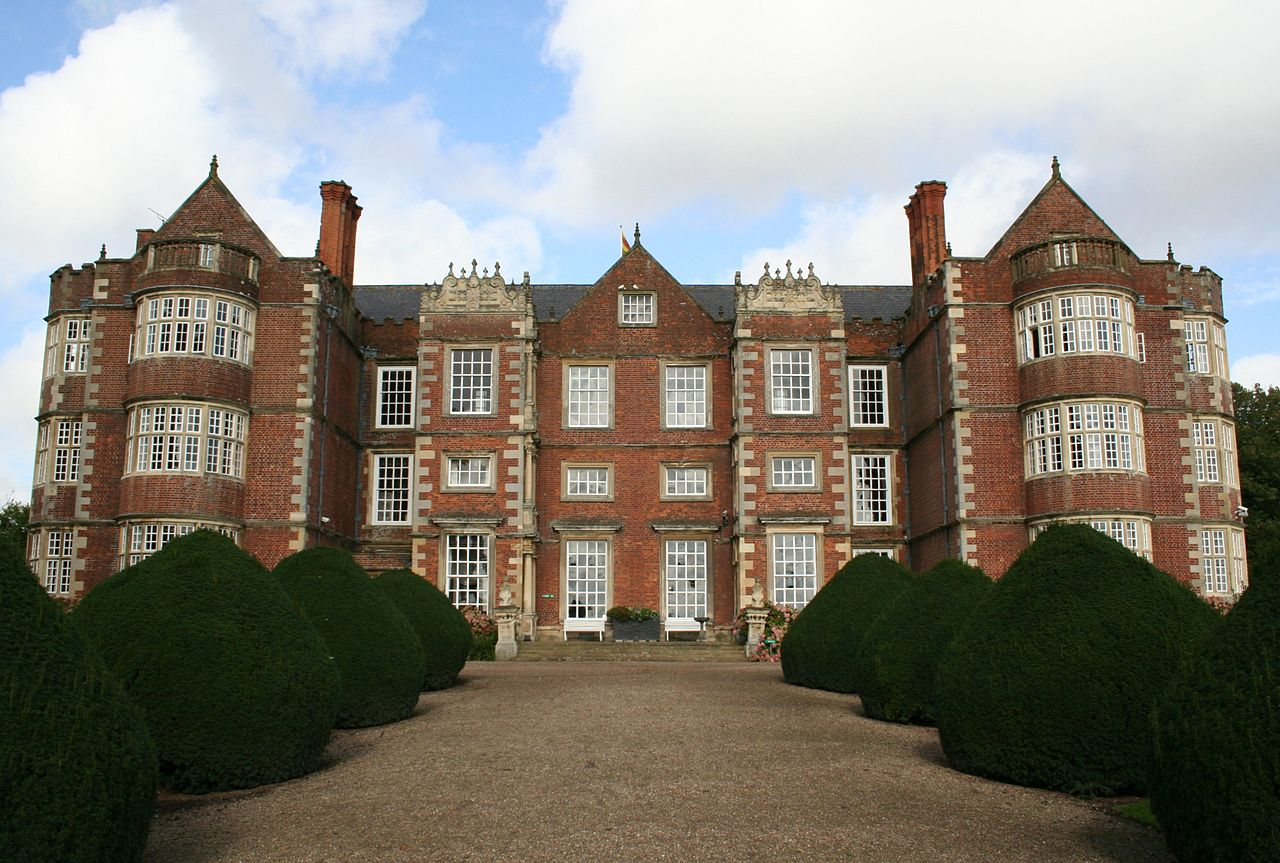 Burton_Agnes_Hall_front_view.jpg